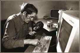 anziano al computer